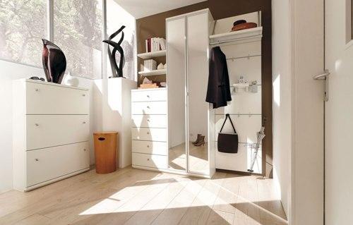 Белая прихожая - светлый интерьер коридора