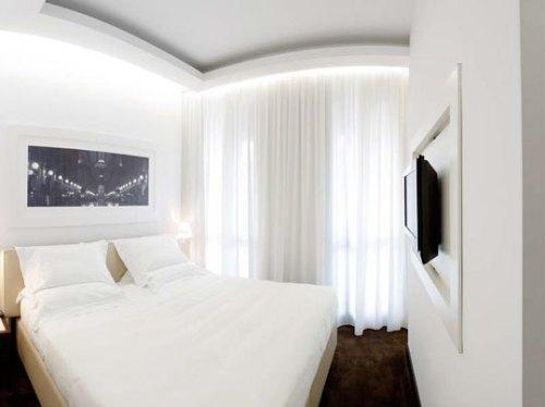Белая маленькая спальня