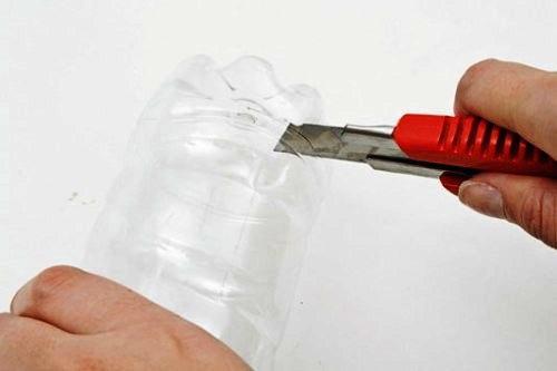 Отрезаем низ в пластиковой бутылке