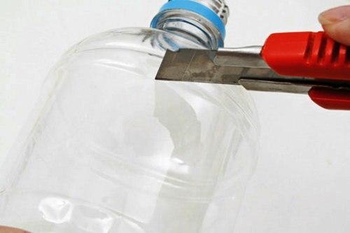 Обрезаем горлышко пластиковой бутылки