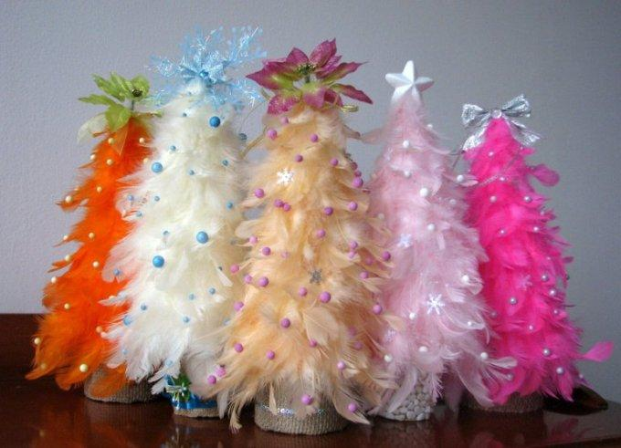 Милые новогодние елочки из перьев