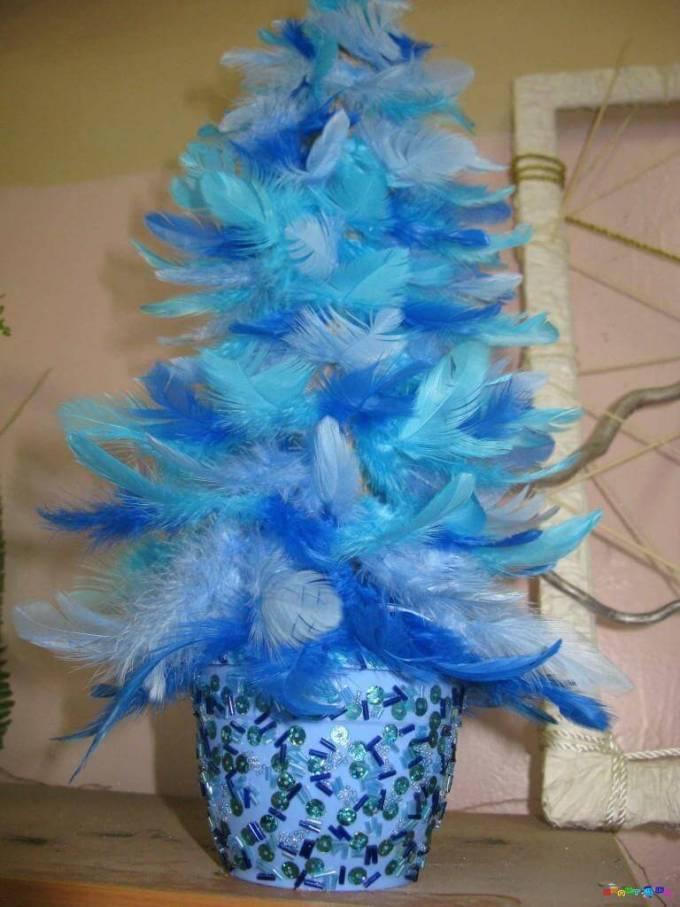 Синяя елка из перьев