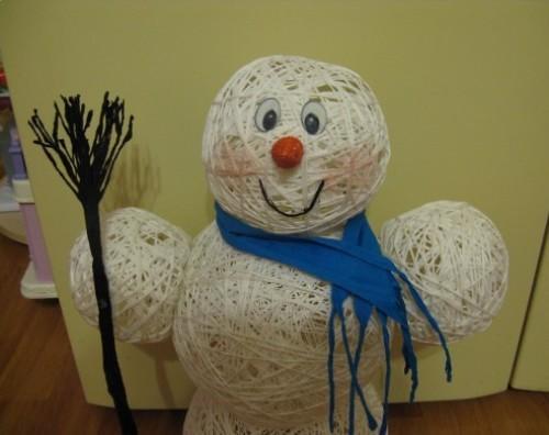 Снеговик из ниток готов