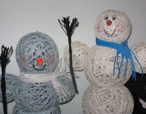 Снеговики из ниток разных цветов
