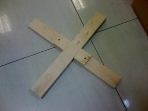 Скрепляем деревянные доски в крест