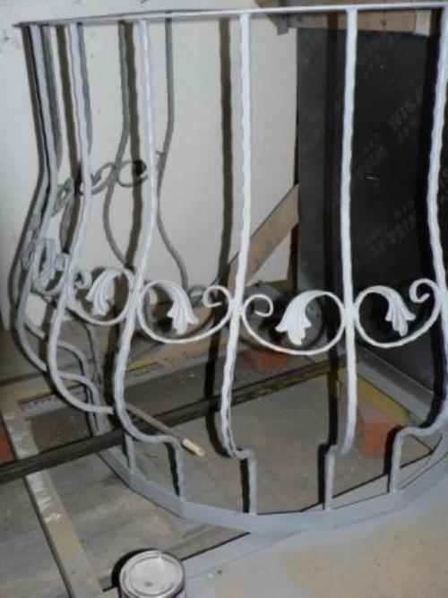 Красим кованый балкон
