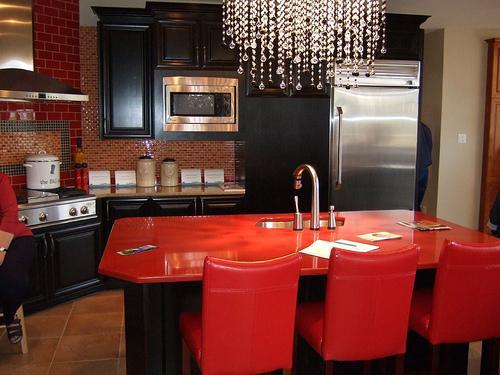 Кухни черного цвета в сочетании с красным