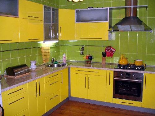 Кухня желтого цвета с зелеными стенами