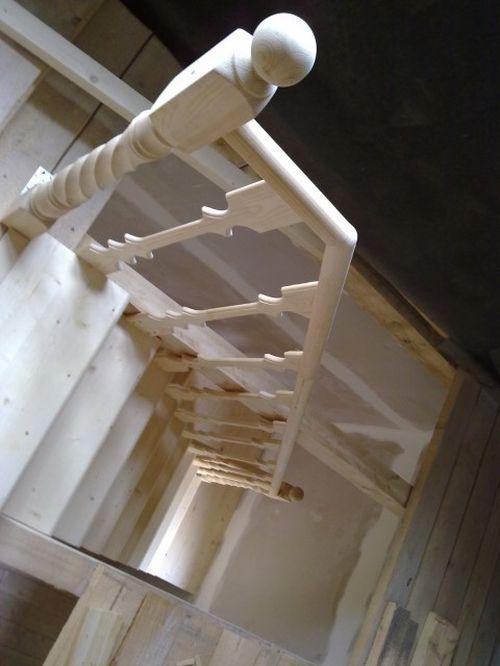 Деревянные балясины у лестницы на чердак