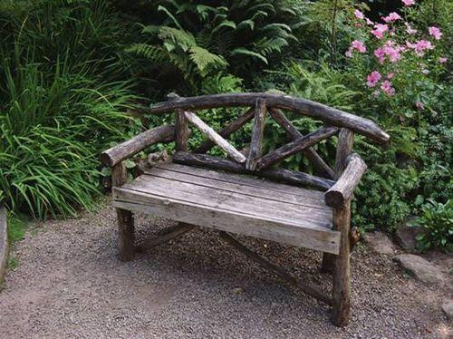 Старая деревянная скамейка для дачи