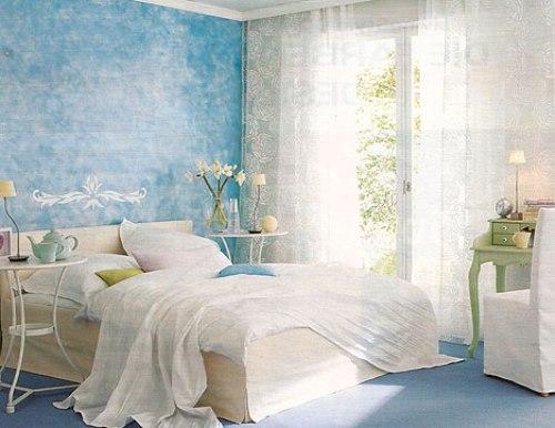 Необычные элементы в интерьере голубой спальни