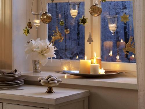 Горящие свечи на подоконнике