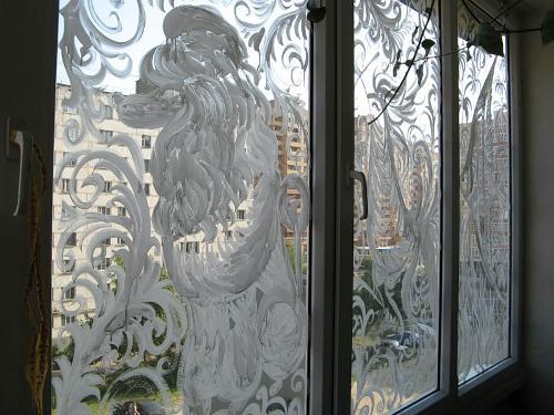 Рисовать на окнах совсем не сложно.  Те, у кого есть художественные навыки, сразу начинают с наброска на стекле...