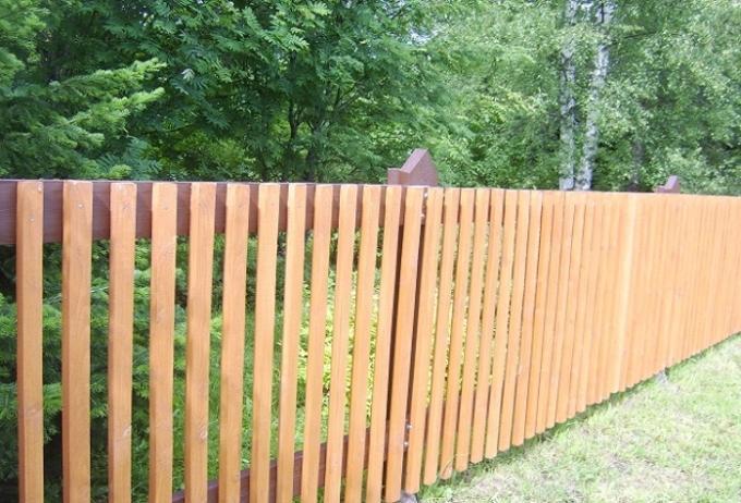 Деревянный забор для дачи - преимущества и недостатки