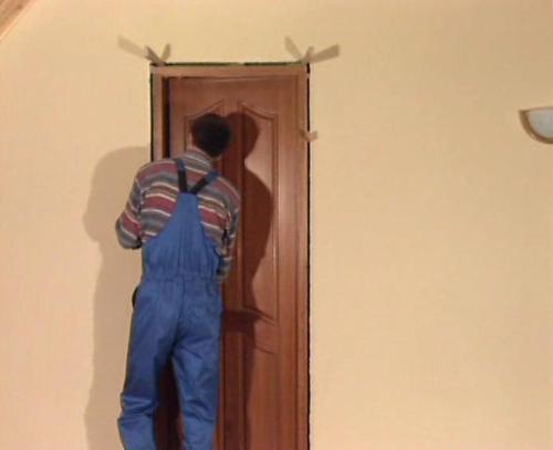 Установка собранной дверной конструкции в дверной проем
