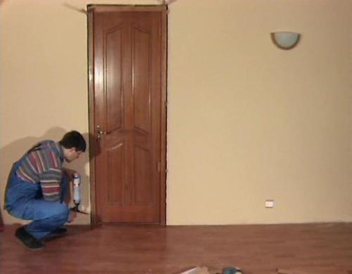 Заполняем монтажной пеной пространство между дверной коробкой и стеной