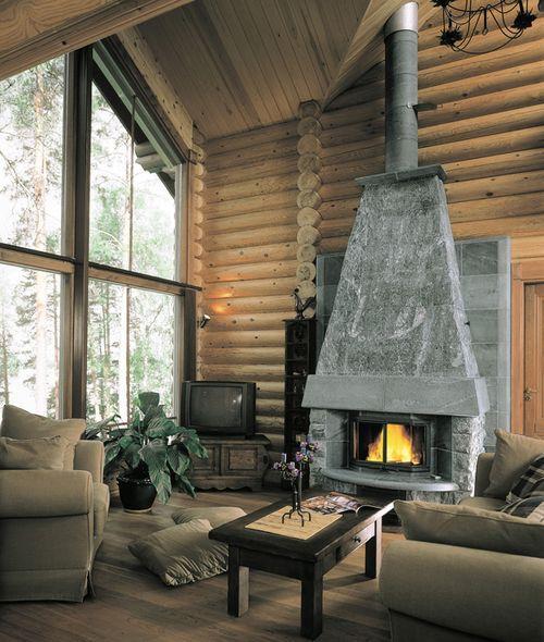 Камин в интерьере деревянного дома. Фото