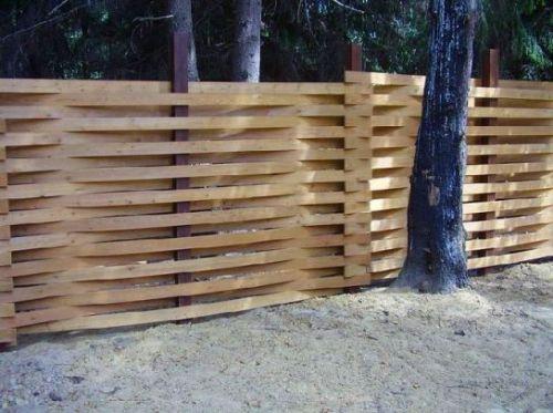 Плетеный деревянный забор. Фото 1