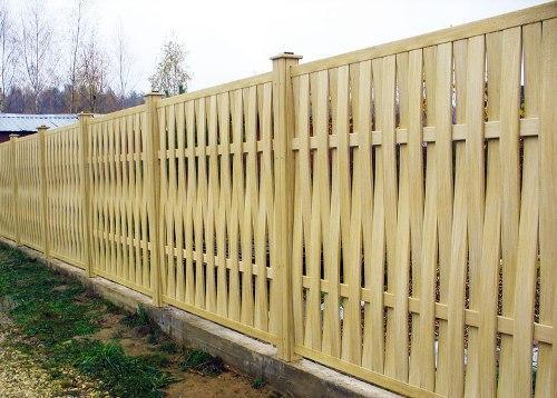 Плетеный деревянный забор