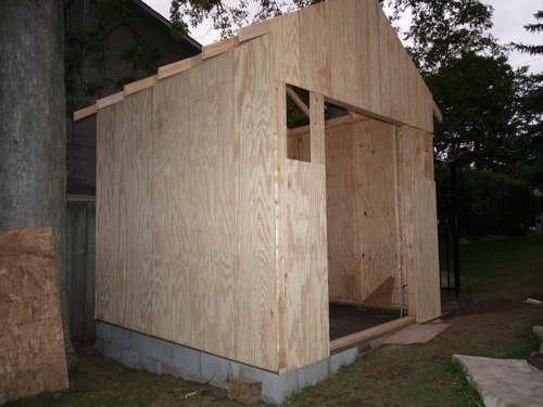 Обшиваем стены сарая деревянными панелями