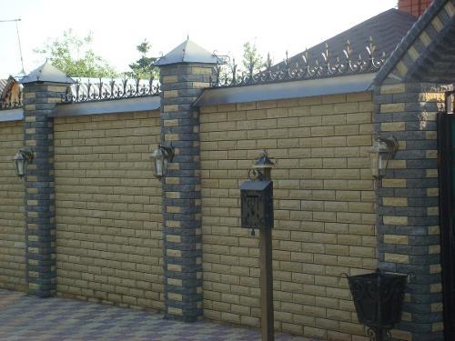 Кирпичный забор и желтого кирпича
