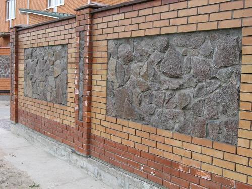 Кирпичный забор с каменными вставками