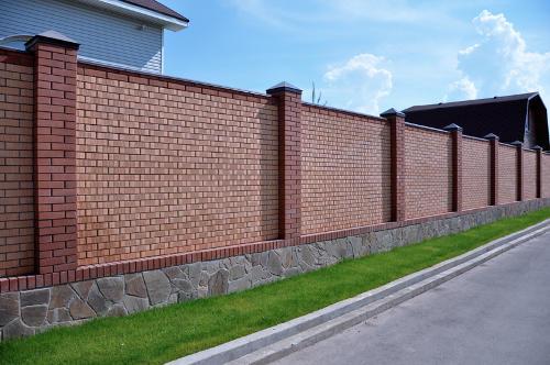 Кирпичный забор с каменным цоколем