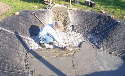 Бетонирование дна водоема вторым слоем