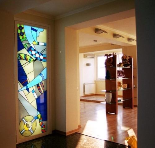 Рисунок на стекле двери