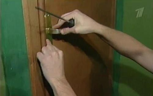 Крепление дверной фурнитуры