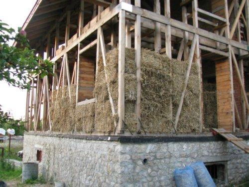 Укладка соломы в каркас дома