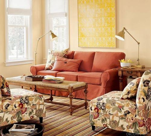 Гостиная с красным диваном. Фото 10