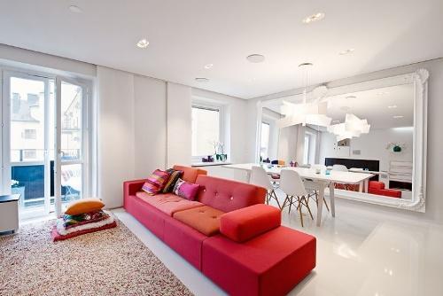 Гостиная с красным диваном. Фото