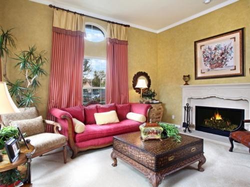 Гостиная с красным диваном. Фото 3