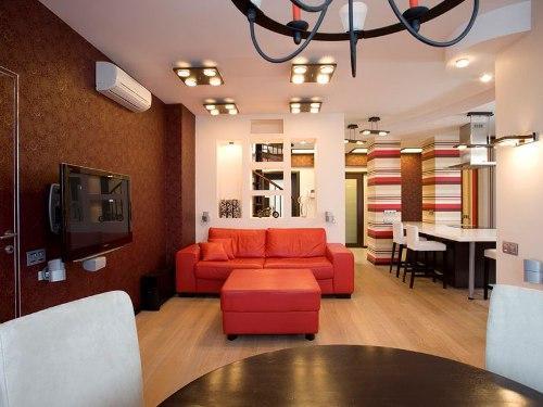 Гостиная с красным диваном. Фото 8