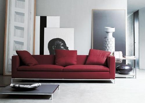 Гостиная с красным диваном. Фото 9