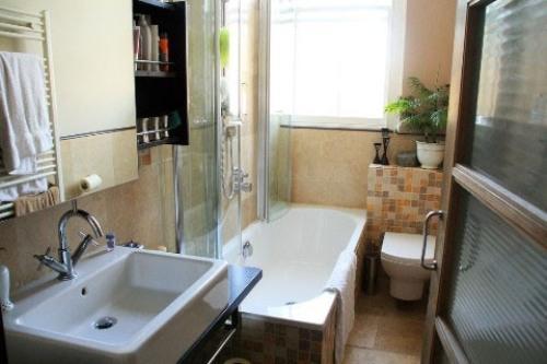 Интерьер маленькой ванной комнаты. Фото 12