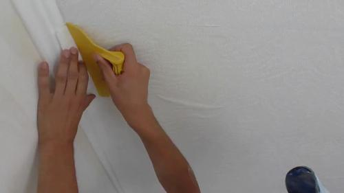 Удаляем излишки клея и пузыри воздуха из под обоев пластиковым шпателем
