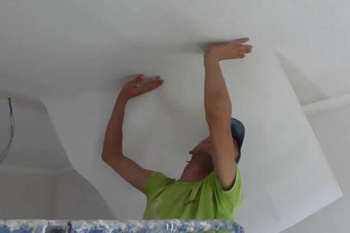 Как клеить флизелиновые обои на потолок?