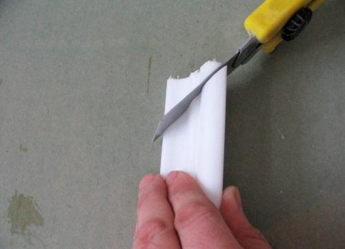 Чем резать потолочный плинтус
