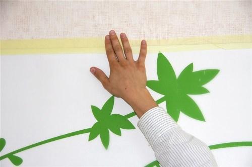 Как клеить стикер на стену