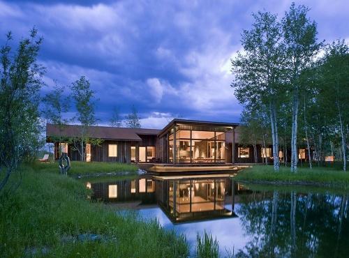 Красивый дом в роще