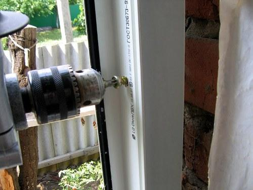 Крепим пластиковое окно в проеме