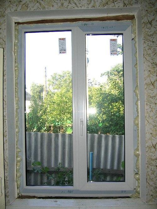 Запенивание щелей между окном и стеной