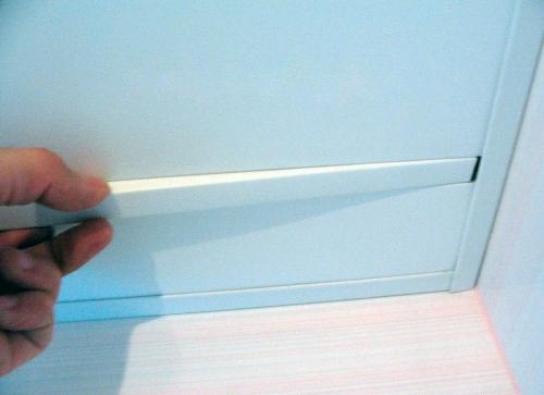 Монтаж вставки реечного потолка