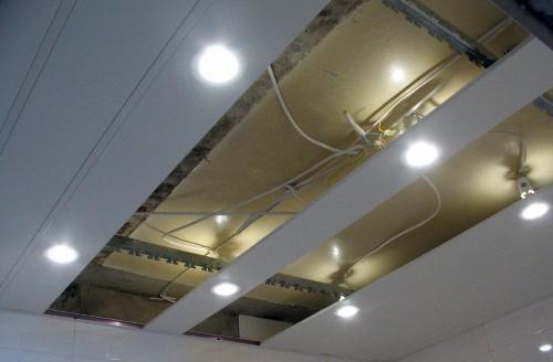 Разводка проводов и монтаж светильников в реечном потолке
