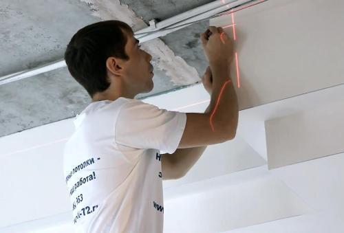 Первый шаг при монтаже натяжного потолка своими руками – отбивание горизонтального уровня