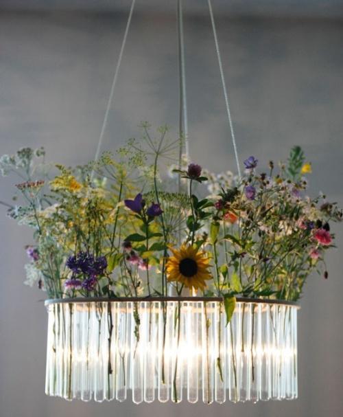 Необычный светильник из стеклянных колбочек с цветами