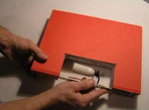Крепим патрон на металлической пластине к абажуру