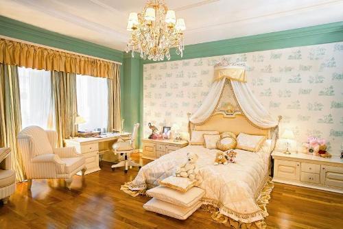 Обои в классическом стиле в спальне